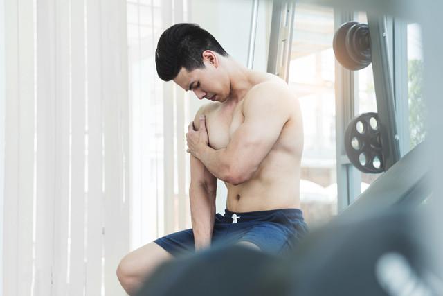 肩が痛い人の画像