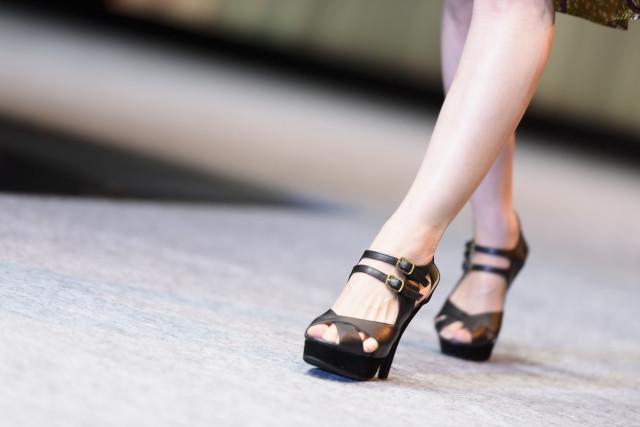 女性の歩行画像